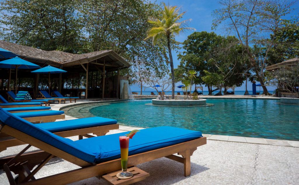 Siladen Resort & Spa - Pool und Liegen